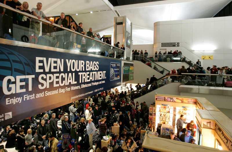 Alla passagerare tvingades utrymma flygplatsen Newark sedan en passagerare kommit förbi säkerhetskontrollen utan att ha blivit kontrollerad i natt.
