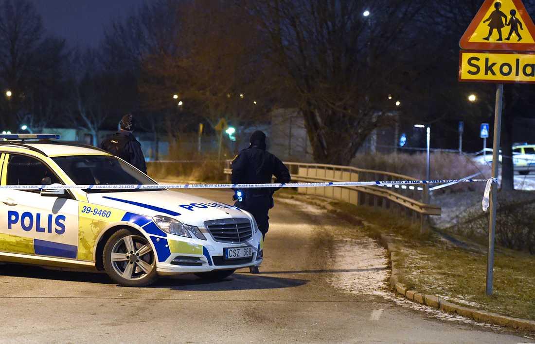 Polistekniker vid platsen där mannen ska ha blivit skjuten.