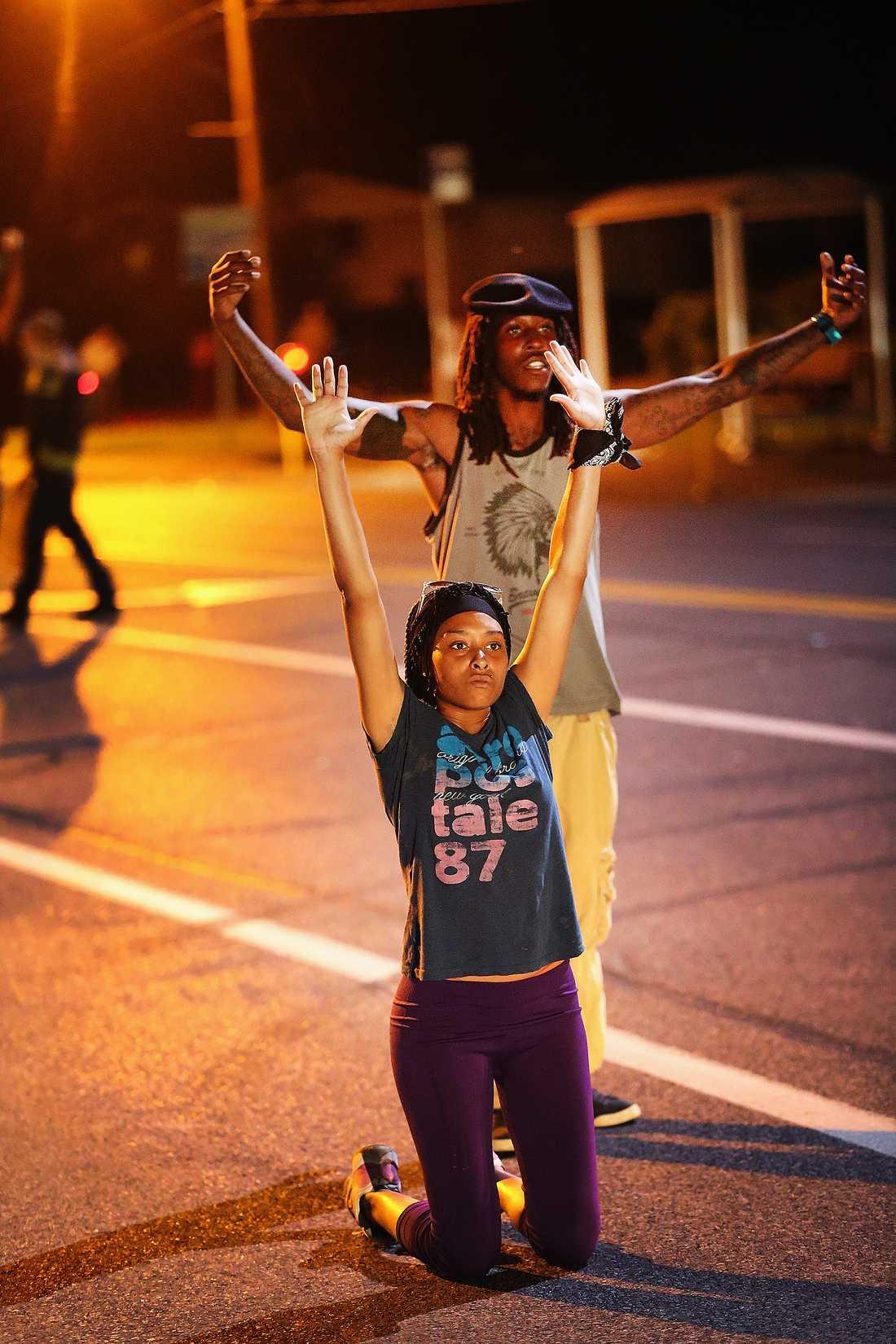 Uppsträckta händer för att visa att man är obeväpnad har blivit en symbol för demonstrationerna.