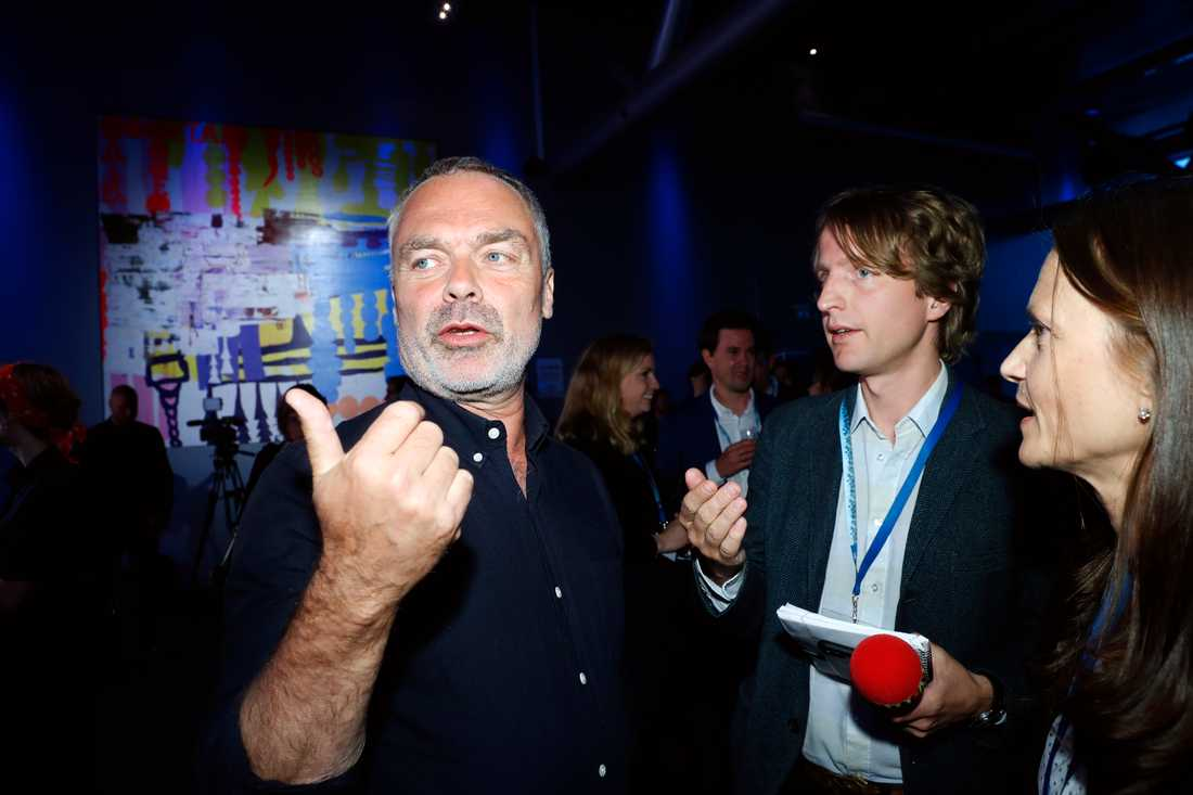 Liberaleras Jan Björklund i samtal med bland andra Aftonbladets Olof Svensson.