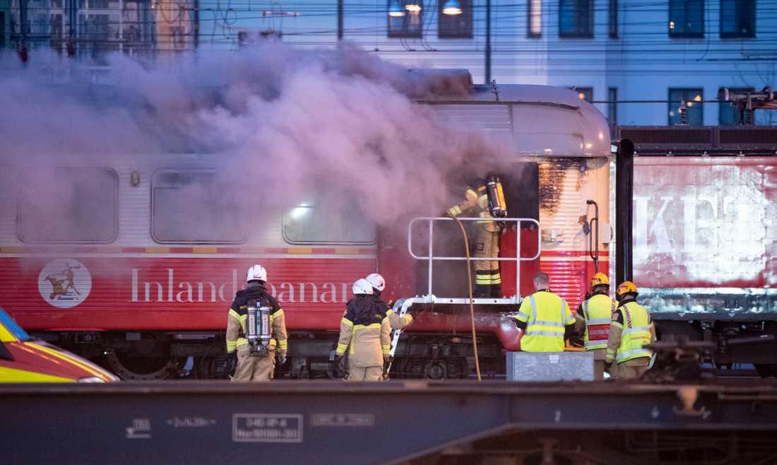 Tågvagnen började brinna vid fyratiden på söndagsmorgonen.