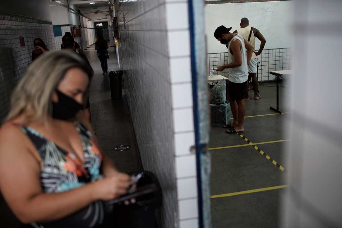 Coronapandemin påverkat valet i Brasilien. Bilden från en vallokal i Rio de Janeiro.