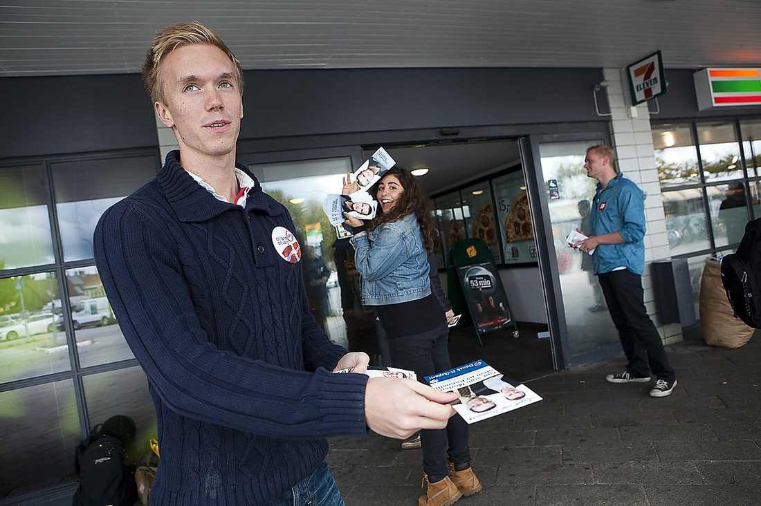 SVENSK ASSISTANS  William Hahne, 19, är en av de unga sverigedemokrater som delar ut flygblad.