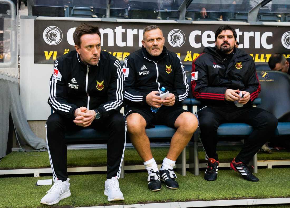 Östersunds tränare Ian Burchnall, assisterande tränare Shaun Constable och assisterande tränare Brian Wake under fotbollsmatchen i Allsvenskan mellan AIK och Östersund.