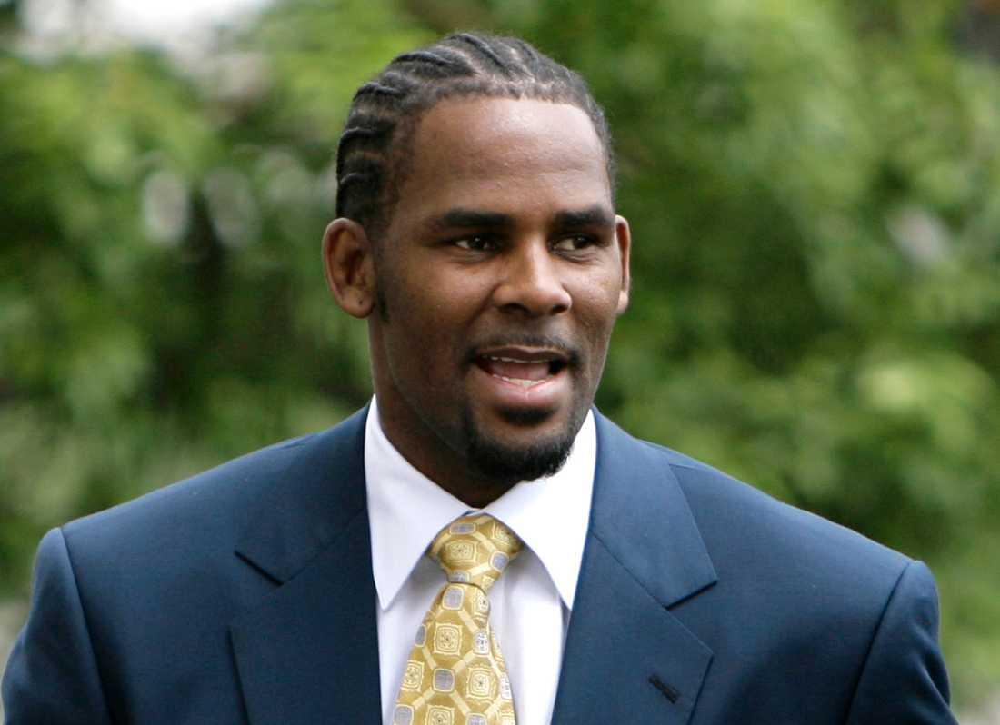 R&B-artisten R. Kelly på väg till en rättegång 2008. Nu visar SVT dokumentären Surviving R. Kelly där kvinnor berättar om övergrepp han utsatt dem för.