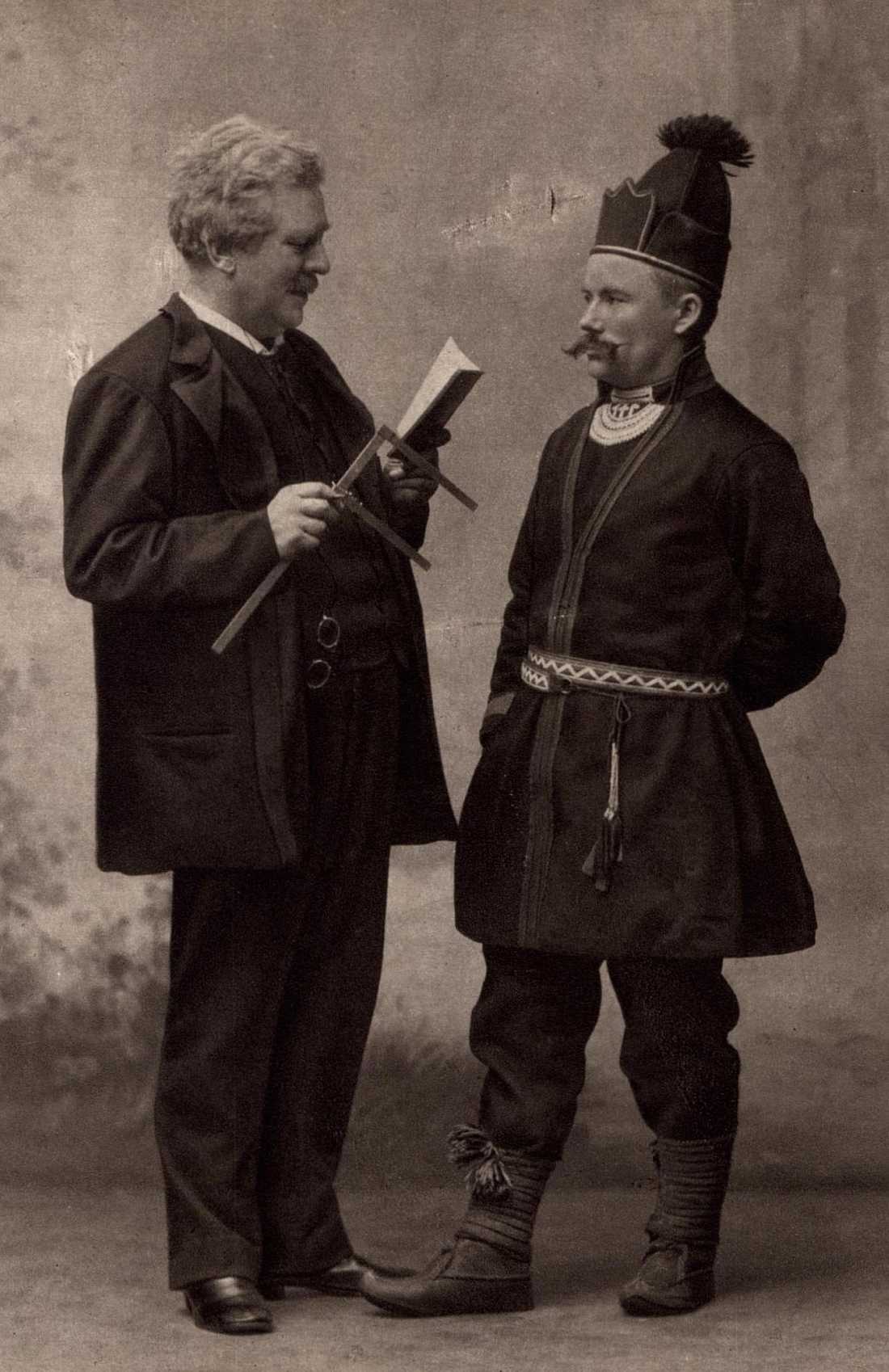 Forskaren Gustaf Retzius utför antropologiska mätningar 1905.