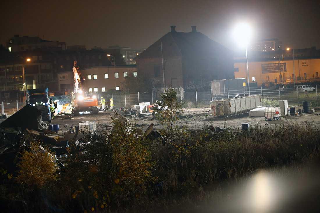 Tömningen av lägret fortsatte på tisdagskvällen.