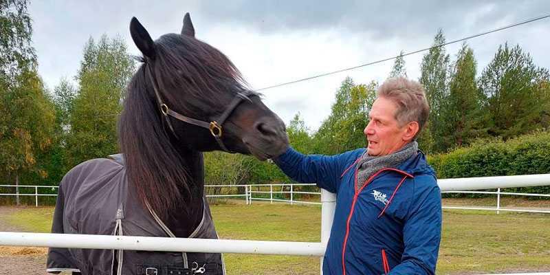 Jorma Kontio, som körde Järvsöfaks tre gånger och vann alla gånger, hälsade alltid på hos superhästen när han vägarna förbi Hagmyren och Jan-Olov Perssons gård. Här den 18 september i år.