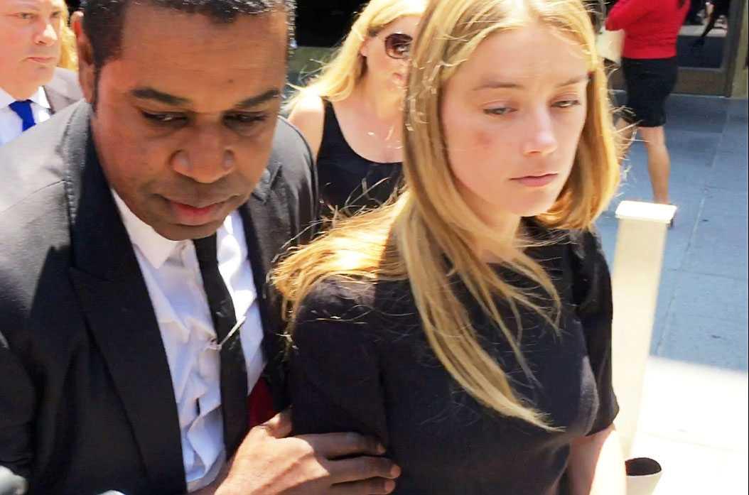 Amber Heard lämnar rätten i Los Angeles.