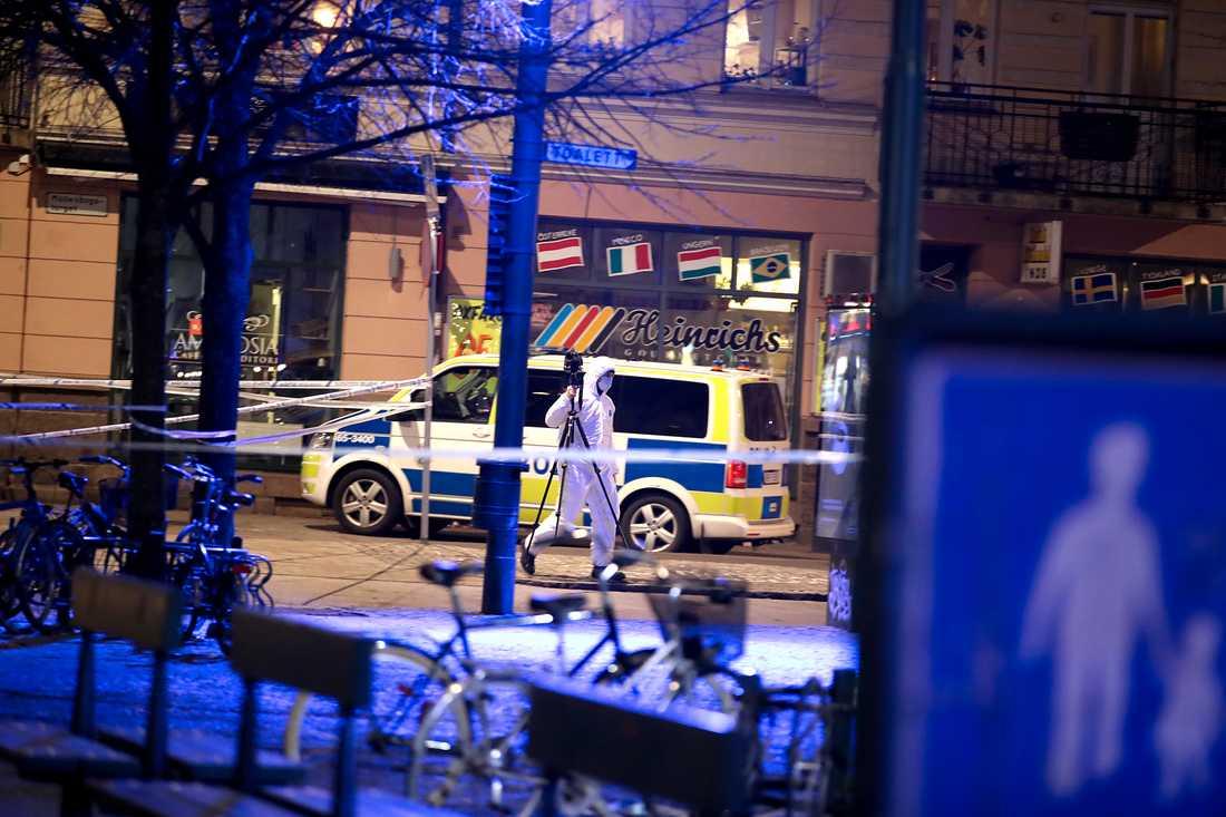 Polisens tekniker på plats vid Möllevångstorget.