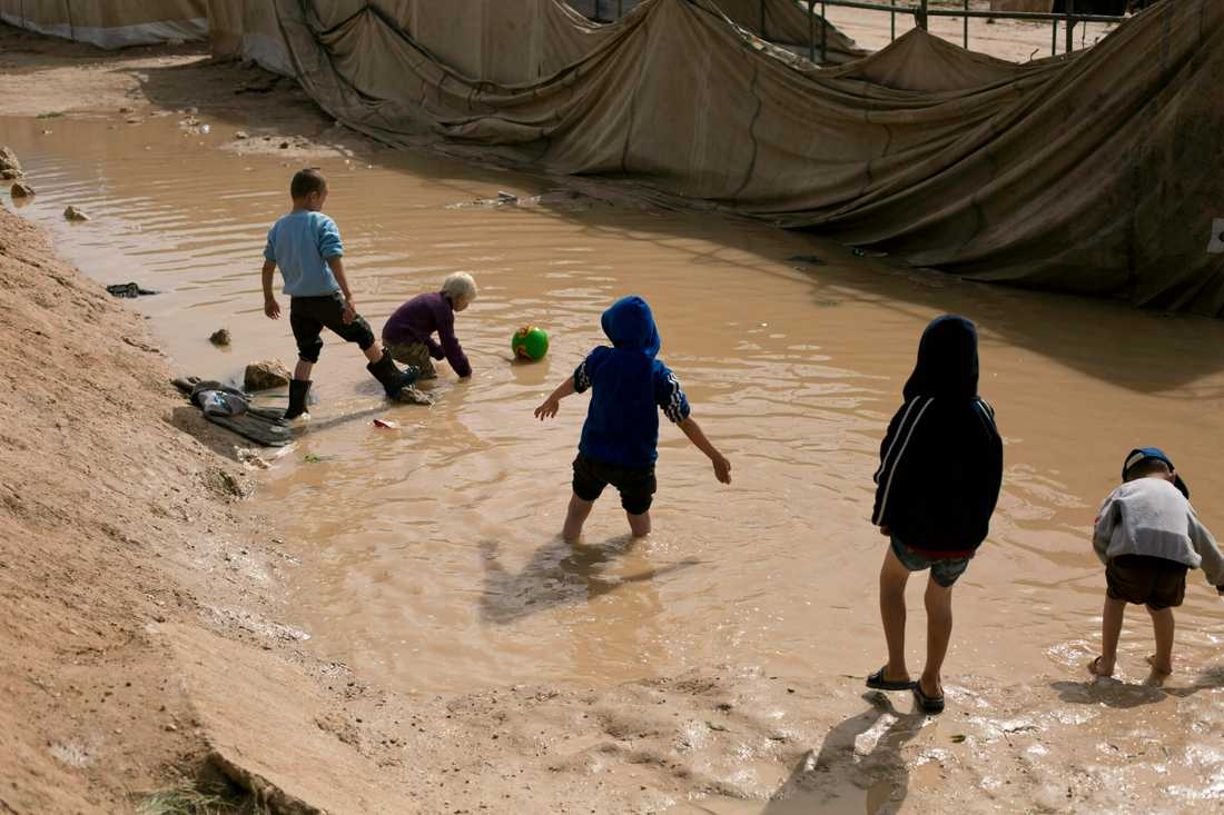 Barn leker i det kurdiska fånglägret al-Hol i Syrien. Barnen på bilden har ingen koppling till artikeln. Arkivbild.