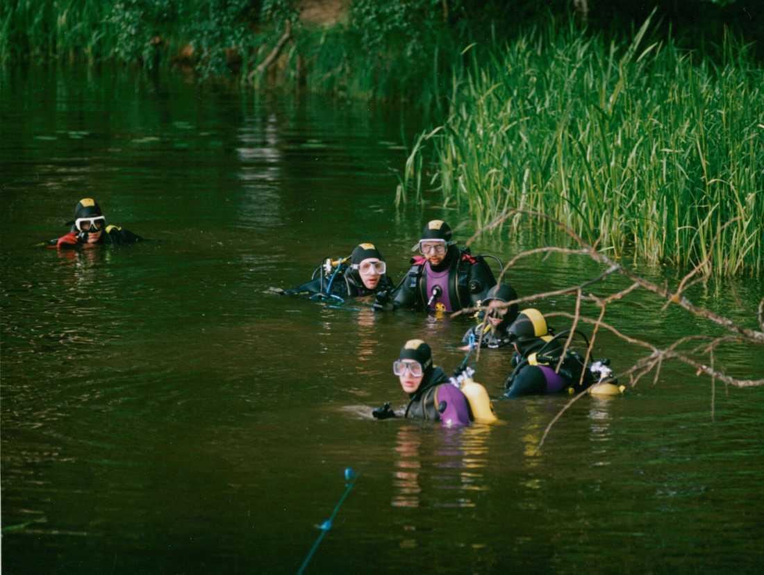 Dykare söker efter Helena efter försvinnandet 1992.
