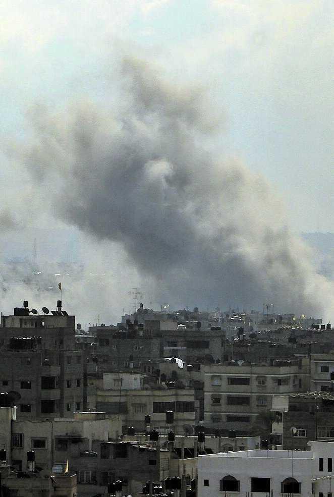 En israelisk granat träffar sitt mål i Gaza City.