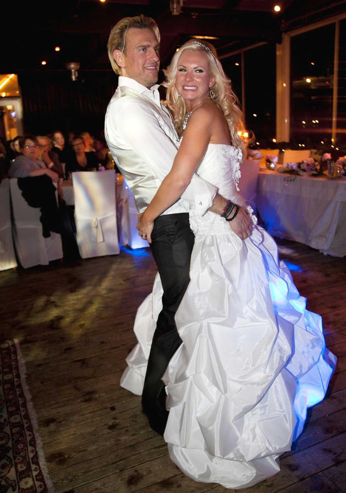 NYGIFTA Pär-Ola Nyström och Louise Löfgren gifte sig i Lindome utanför Göteborg. Av de totala kostnaderna stod de för ungefär en tiondel själva.