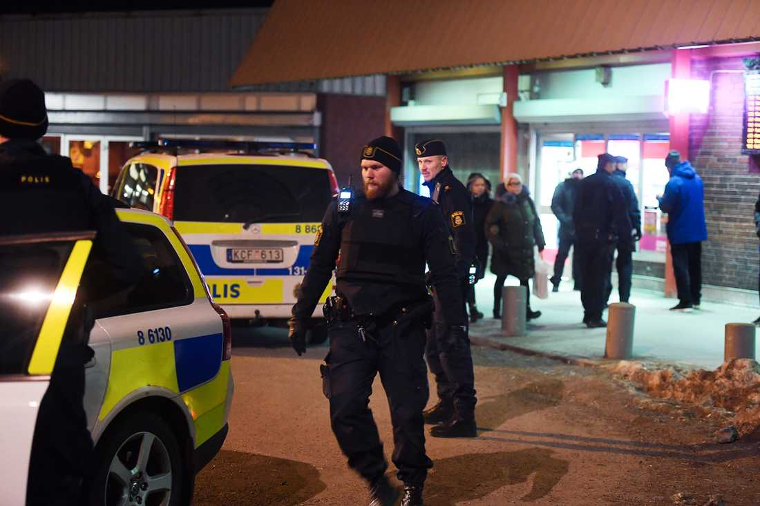 Poliser i Fittja efter ett storbråk.