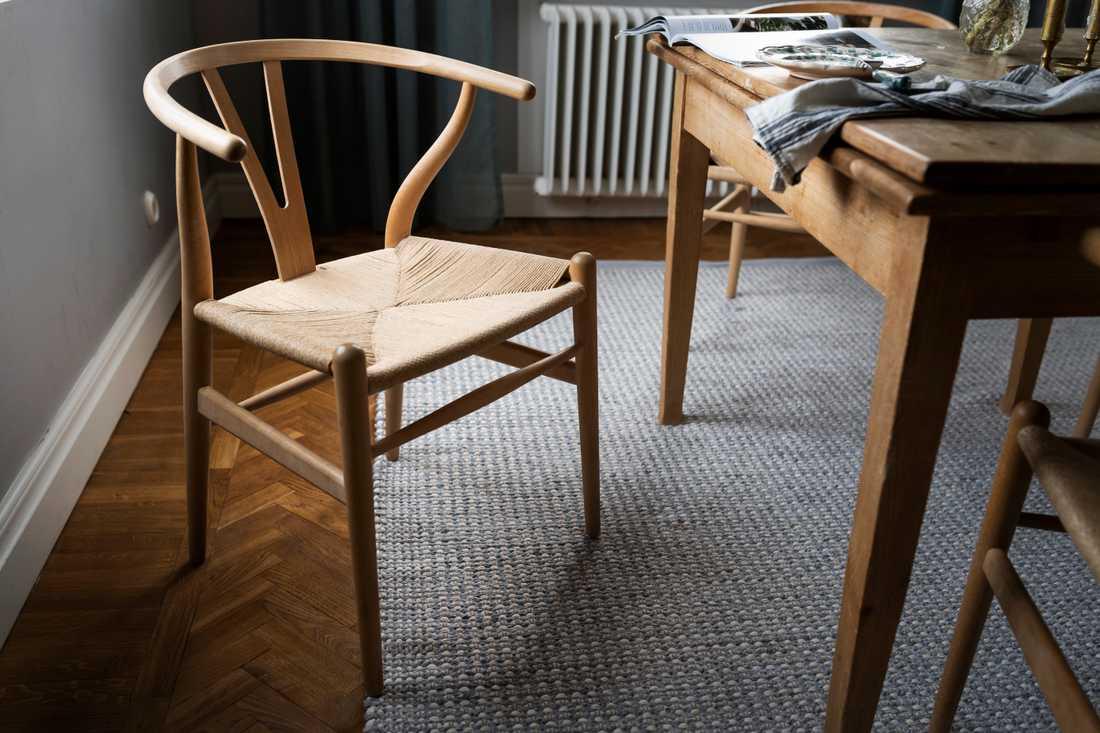 Y-stolen ritades år 1949 av den danske designern Hans J Wegner och tillverkas fortfarande.