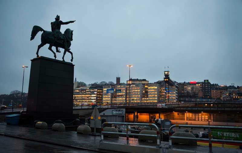 Just nu pekar statyn över Karl XIV Johan ut mot Slussen och Södermalm. Men i helgen får han flytta till Slottsbacken.