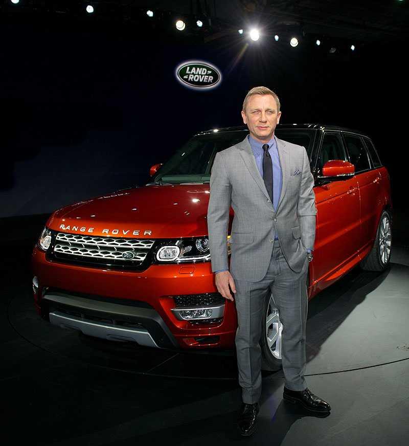 Daniel Craig, aka James Bond, framför en Range Rover Sport.