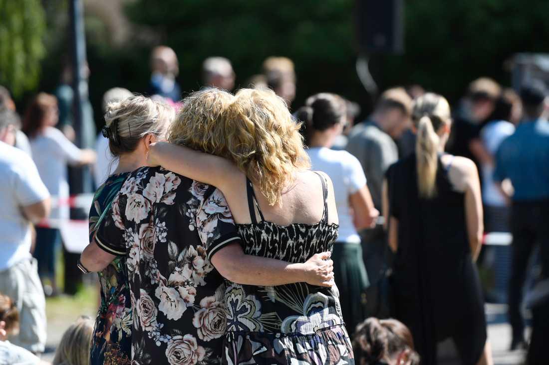 Två kvinnor kramar om varandra under minnesstunden i Umeå.