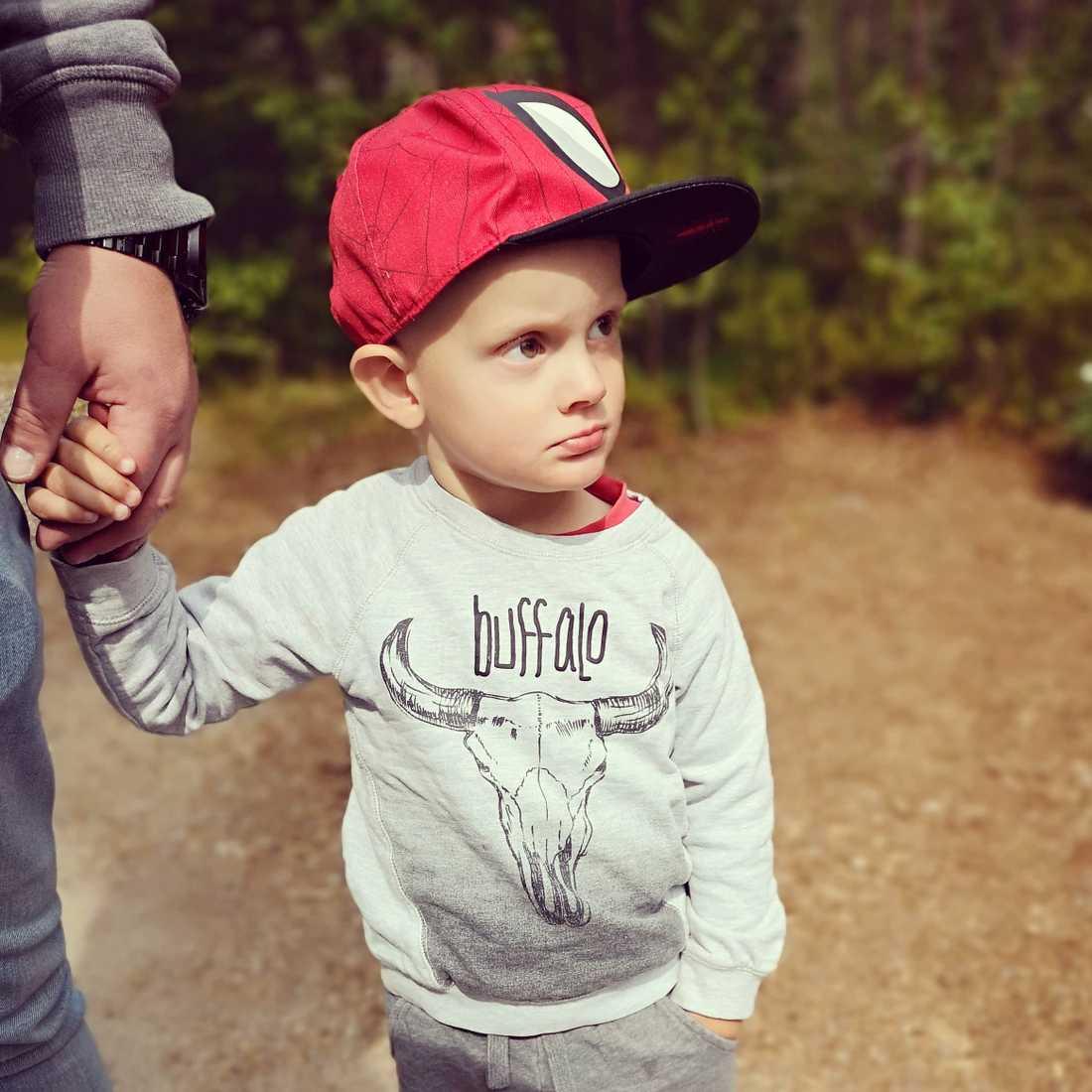 Lillebror Aron är ännu inte medveten om sitt tillstånd.