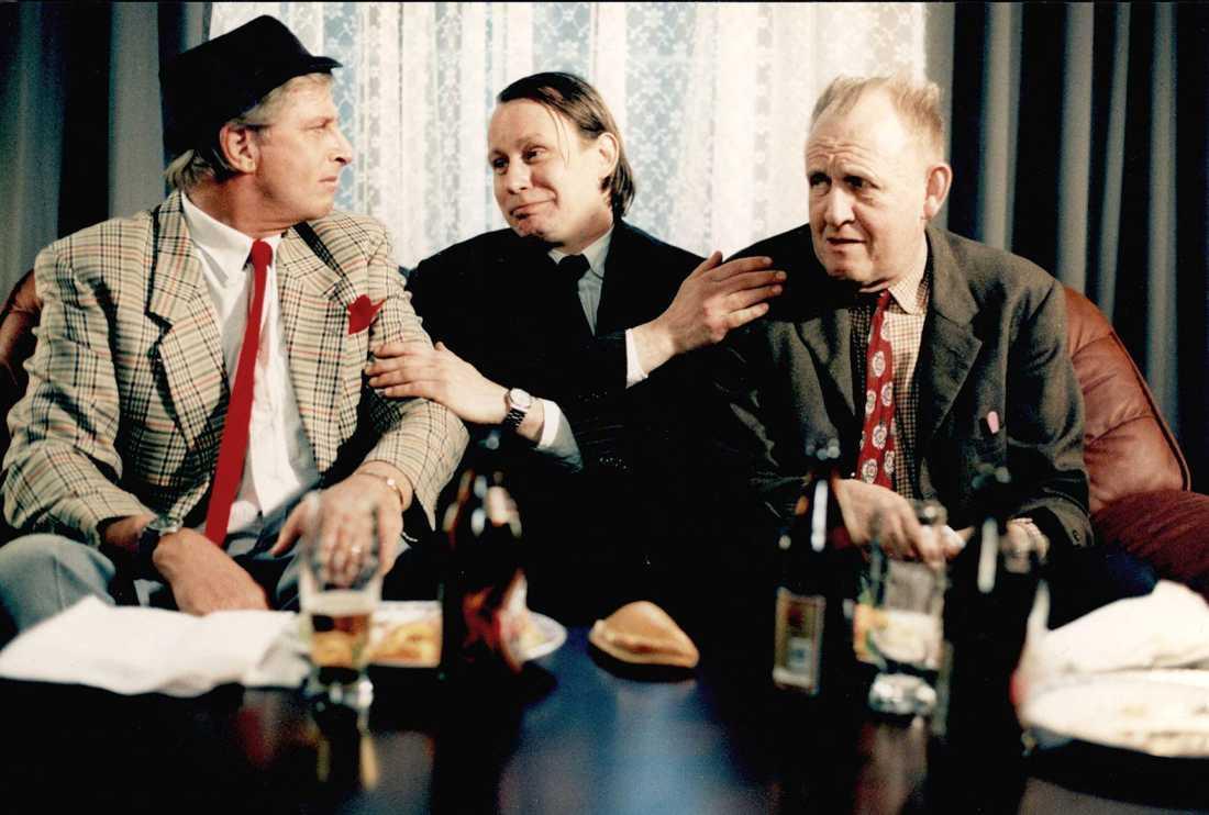"""Ulf Brunnberg som """"Vanheden"""" i Jönssonligans Största Kupp. I mitten Stellan Skarsgård som """"Herman Melvin"""" och till höger Björn Gustafson som """"Dynamit-Harry""""."""