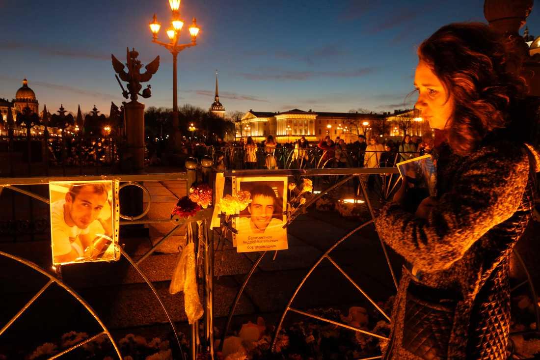 En kvinna gråter över offren för flygkraschen vid Dvortsovayatorget i St Petersburg, Ryssland.