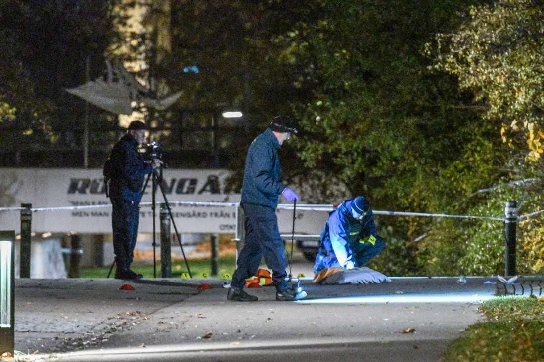 Polisens tekniker undersöker brottplatsen på Annelundsgatan sedan två personer skjutits vid två separata skottlossningar i Malmö, på Annelundsgatan och på Fosievägen, under onsdagskvällen.