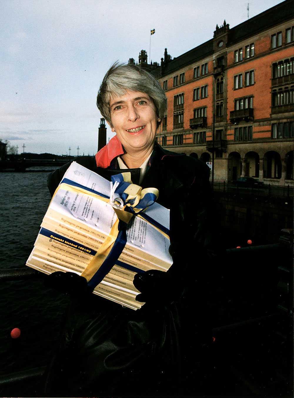 1992 Anne Wibble, folkpartist, ansåg att alla svenskar borde ha en årslön på banken. Förhoppningsvis skulle hennes budget underlätta det målet.