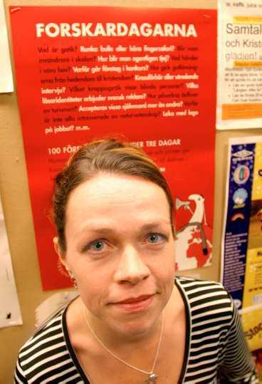 för grov Etnologen Maria Bäckman vid den ocensurerade reklamskylten där hennes föredrag finns med.