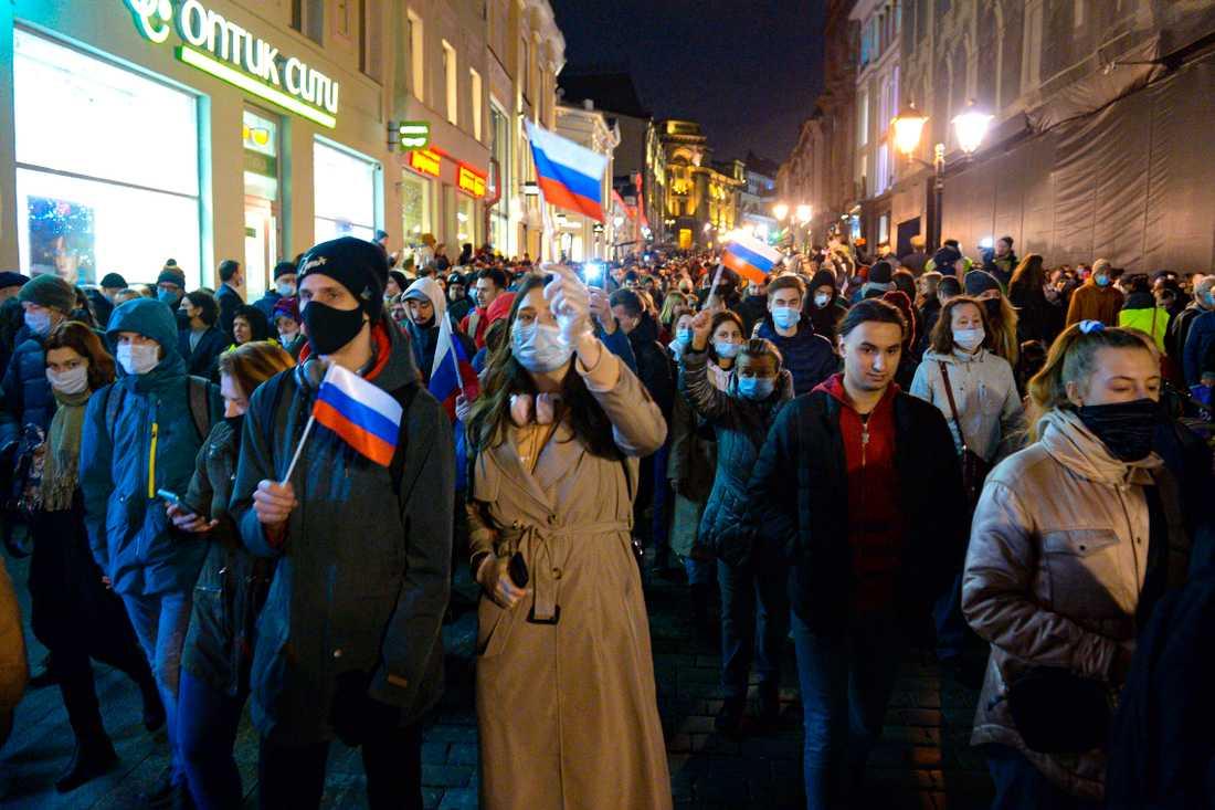 Människor viftar med ryska flaggor under en demonstration till stöd för Aleksej Navalnyj i Moskva i onsdags.