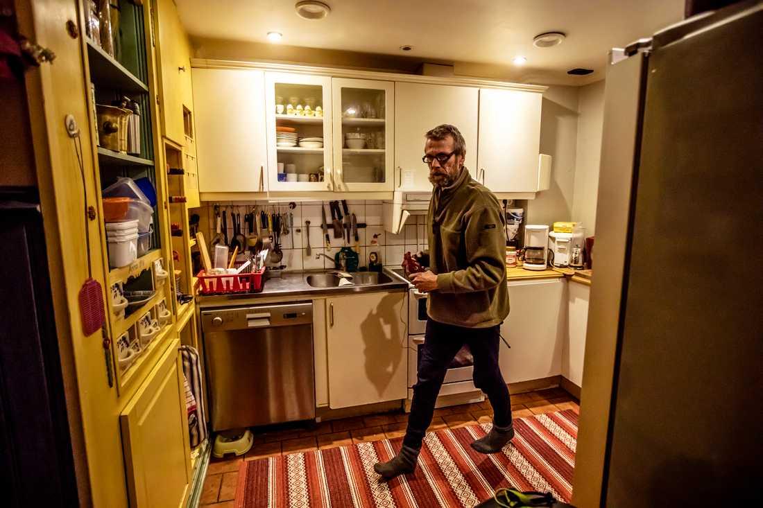 Anders delar kök med fem andra i huset där han bor.