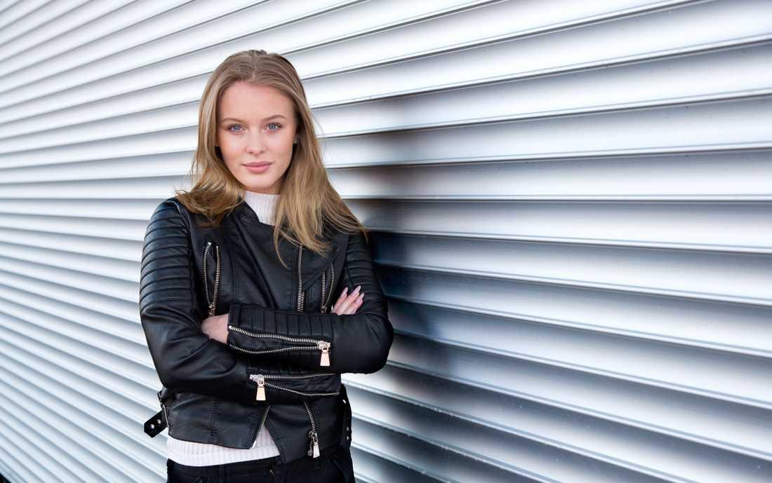 Zara Larsson är känd för att våga ryta ifrån – den här gången kritiserar hon polisens agerande.