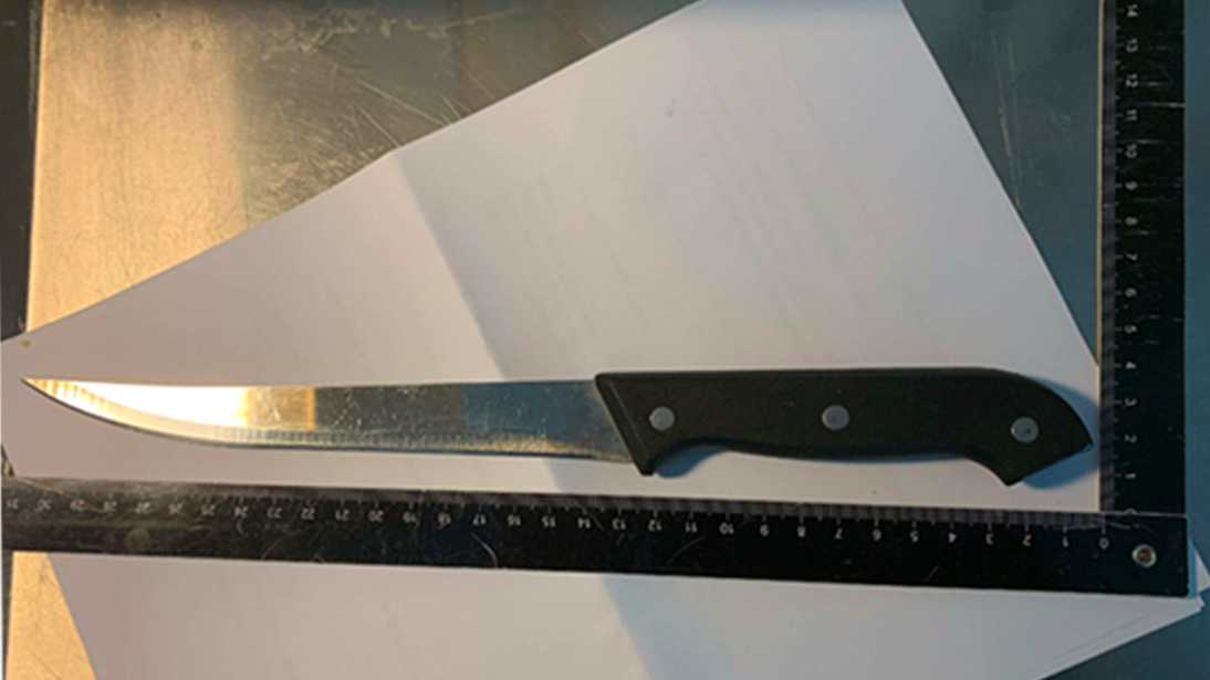 54-åringen ska enligt offret ha hållit den svarta kniven mot halsen på honom samtidigt som han hotade med att stycka honom.