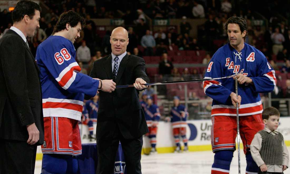 Jagr och Brendan Shanahan (t.h.) får en speciell klubba av Mark Messier för att fira deras 600:e mål i NHL. Längst till vänster står Mario Lemieux. Ceremonin ägde rum 19 december 2006 innan en match mot New York Islanders.