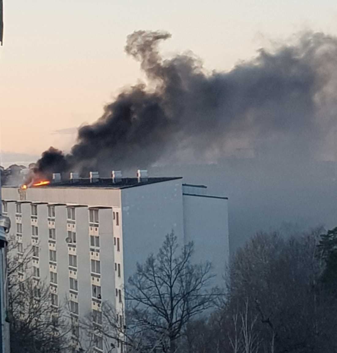 Det brinner kraftigt i ett flerfamiljshus i Hagsätra.