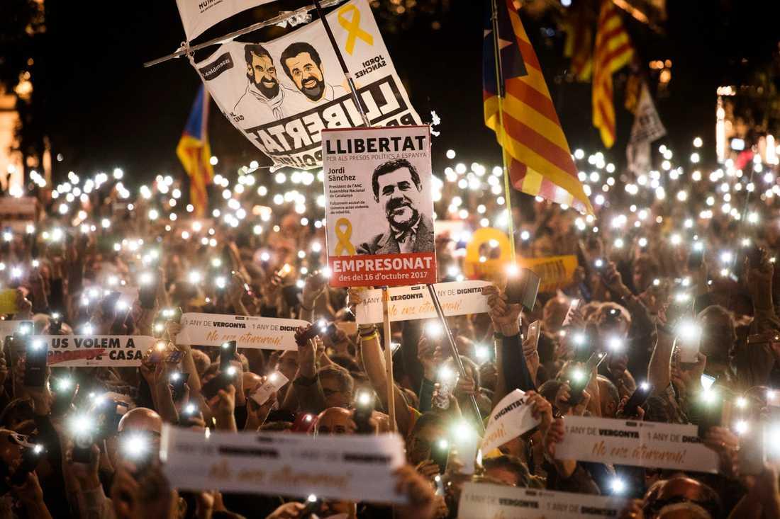 """Demonstration i oktober 2018 för frigivandet av """"de två Jordisarna"""" – Jordi Cuixart och Jordi Sànchez – när de suttit fängslade i ett år. Arkivbild."""