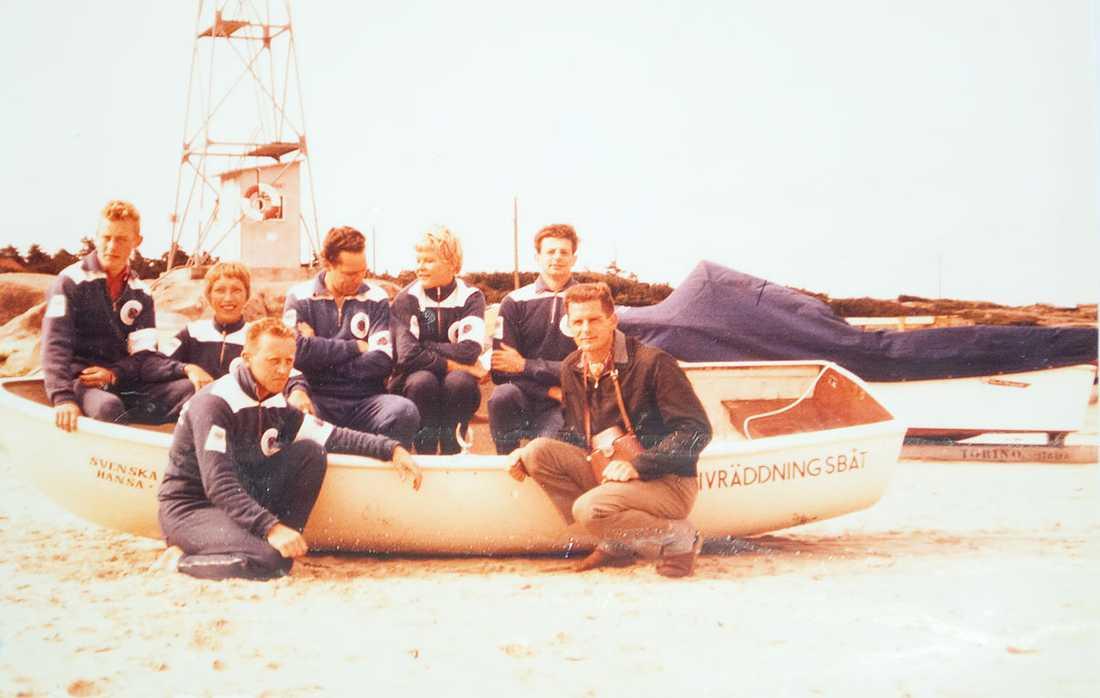 Leif Karlborg på huk till vänster framför räddningsbåten 1960.