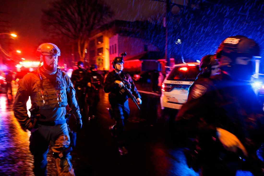 Totalt avlossades hundratals skott. Enligt amerikanska medier fick flera poliser slut på ammunition under eldstriden.