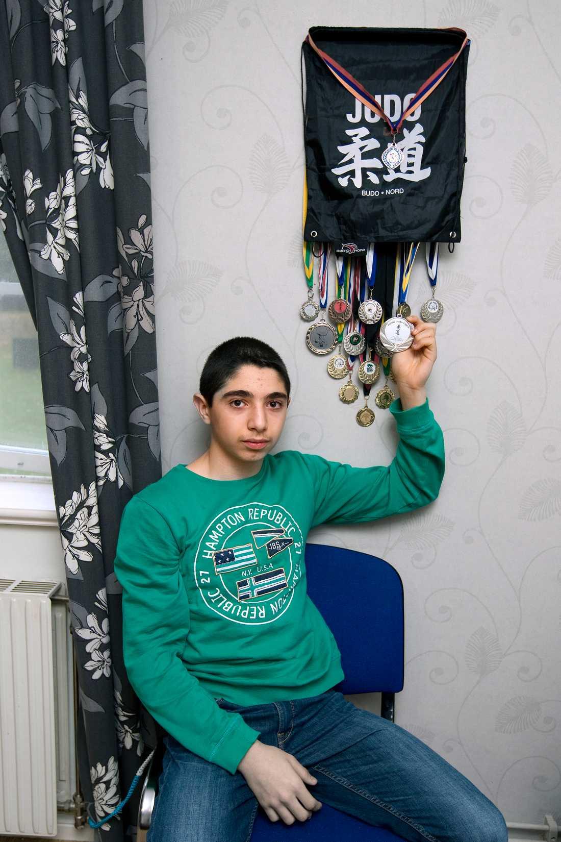 Arsens bror Vache har just graderat i judo och fått de här priserna.