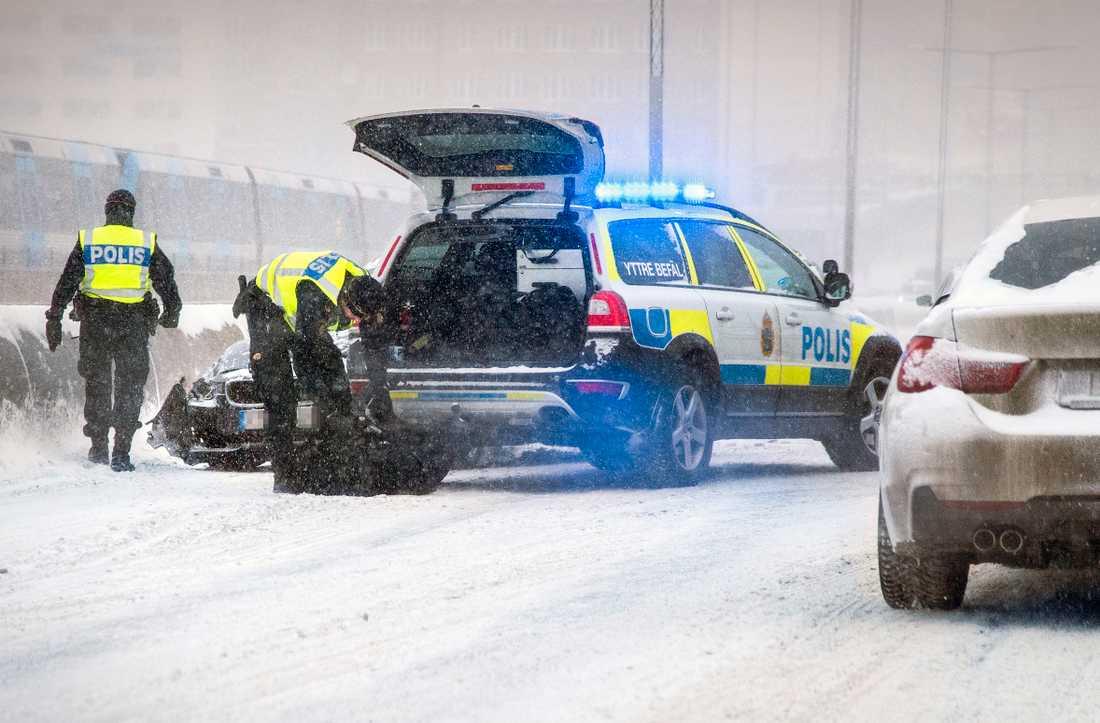 Trafikolycka på Skanstullsbron i centrala Stockholm i samband med tisdagens snöoväder.