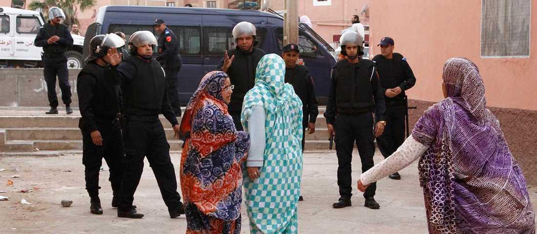Bild från december 2013, då kvinnor konfronterade polisen efter upplopp i staden Laayoune, huvudstaden i det omstridda Västsahara.