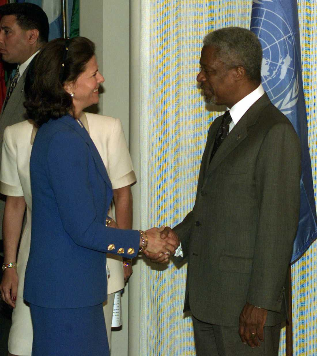 1998: Kofi Annan skakar hand med Drottning Silvia innan hon håller ett tal om barn, ungdom och narkotika.