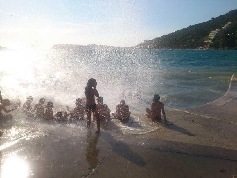Stormigt hav i Dubrovnik, Kroatien. Vuxna drar sig undan, men kidsen verkar som synes ha det väldigt roligt