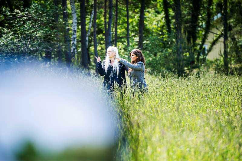 Carola Häggqvist letar en lämplig kissplats och blir assisterad av Kajsa Grytt.
