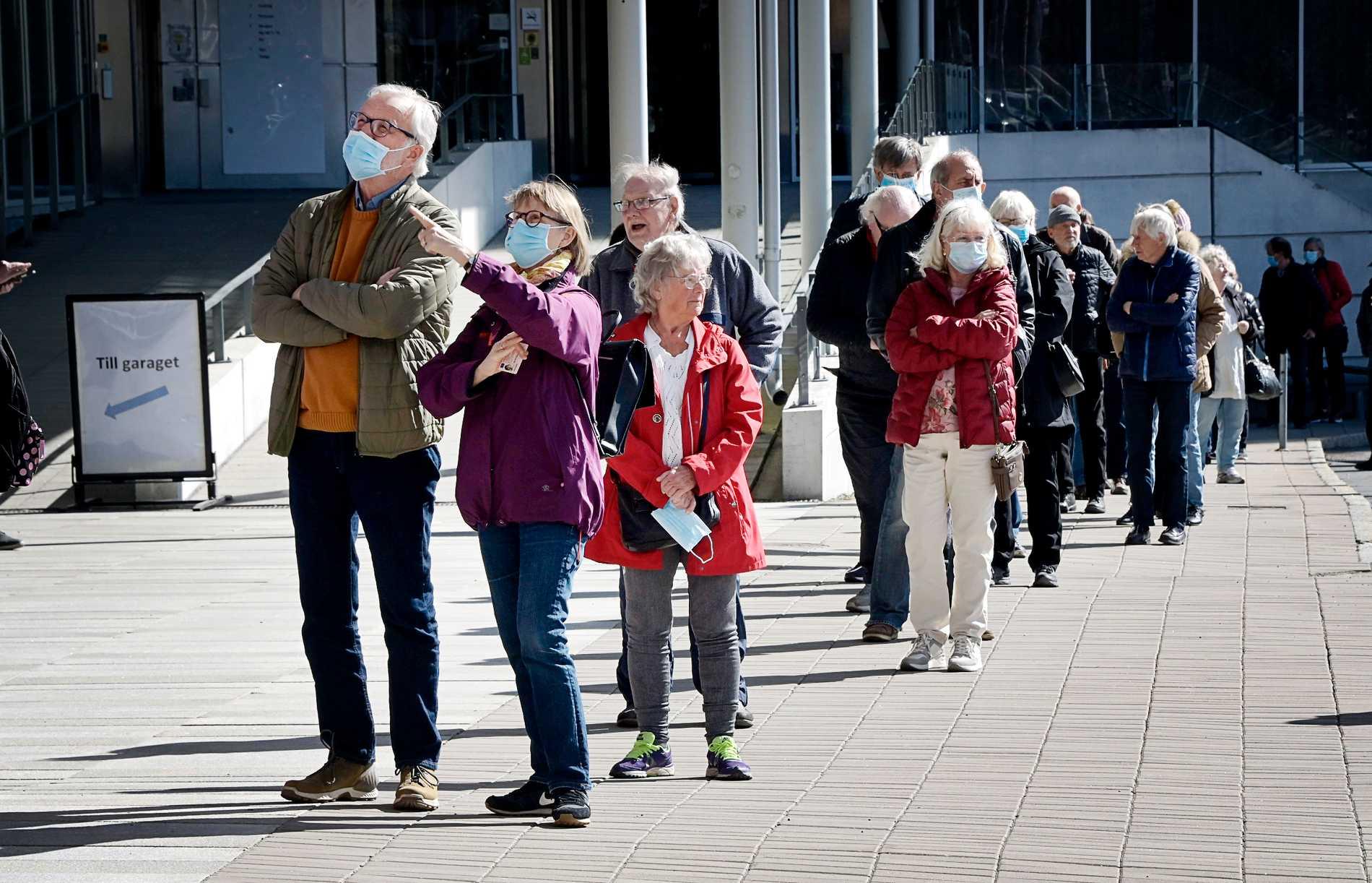 På torsdagsförmiddagen ringlade kön till vaccinationen utanför Stockholmsmässan i Älvsjö, efter beskedet att även de under 75 år var välkomna till sprutan.