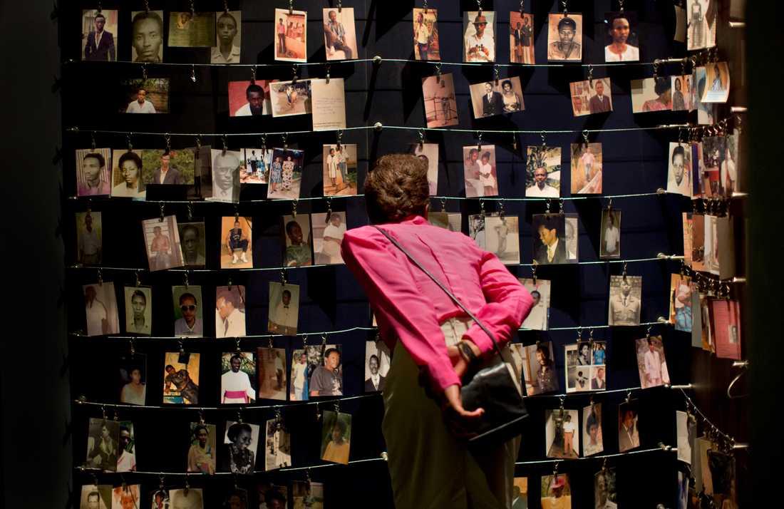 Fotografier av några av dem som dödades under folkmordet i Rwanda. Fotona är uppsatta på ett minnescenter i huvudstaden Kigali. Arkivbild.