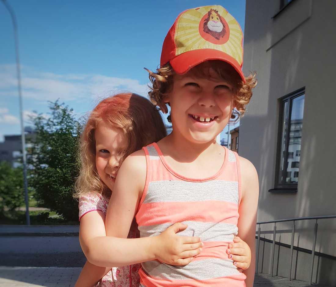 Alfred, sju, med sin lillasyster Betty.