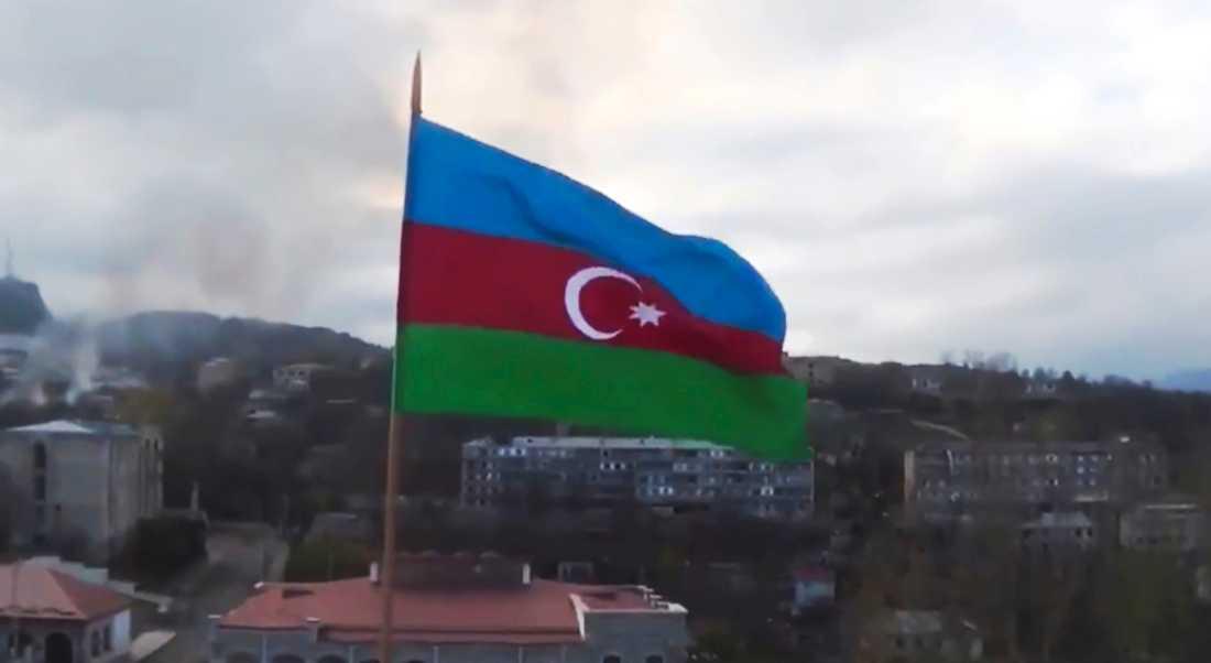Orten Sjusja, som också kallas Sjusji och har några tusen invånare, står under Azerbajdzjans kontroll. Bilden där en azerisk flagga hissats i staden har distribuerats av Azerbajdzjan.