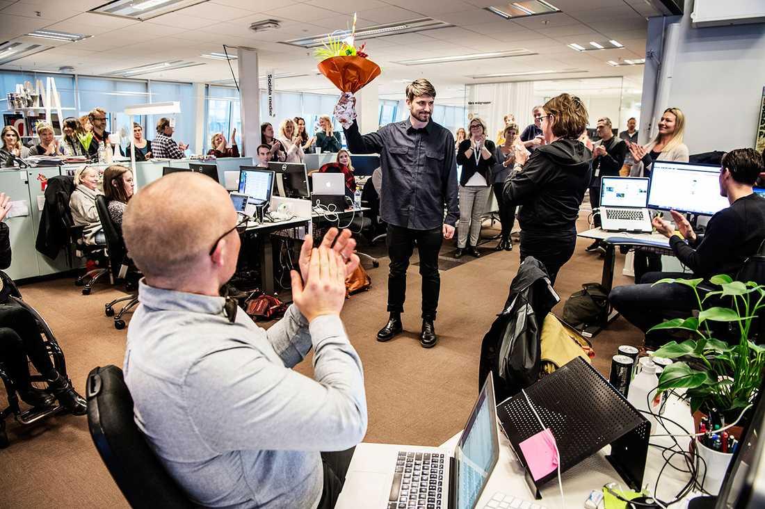 Aftonbladets chefredaktör Sofia Olsson Olsén gratulerar Andrev Walden på Aftonbladets redaktion.