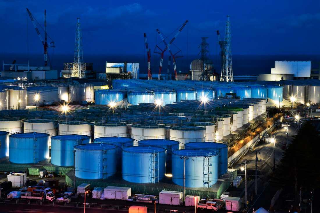 Några av alla de tankar som innehåller vatten från kärnkraftverket i Fukushima. Arkivbild.